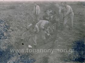 Άνδρες σκάβουν