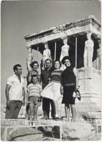 Πολυμελής οικογένεια στην Ακρόπολη
